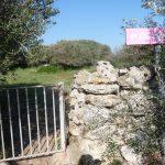 Valla de acceso al poblado de Torretrencada