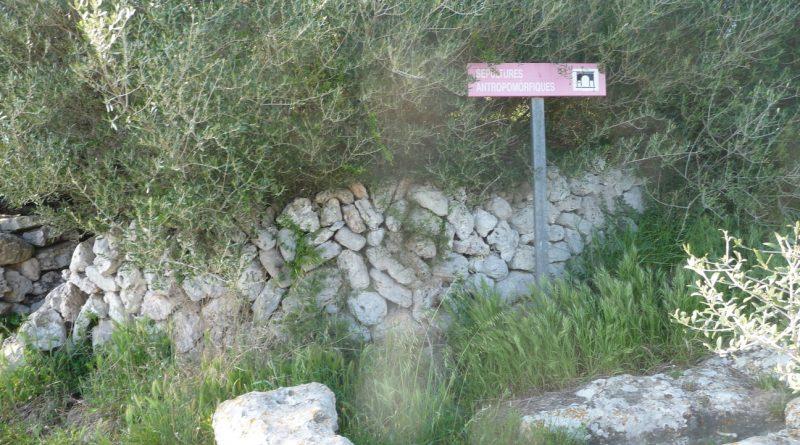 Cartel de sepultura antropomórfica y charca de recogida de agua