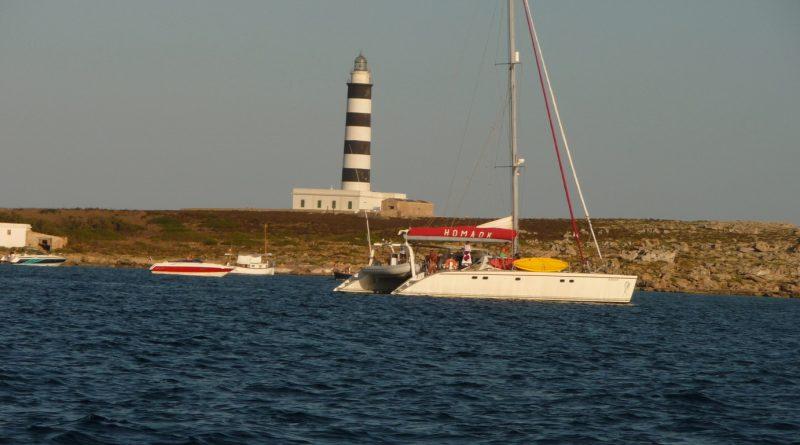 Catamaran en Faro de l'Illa de l'Aire - P1110566