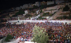 Muchedumbre en los Jocs des Pla. Los jinetes se abrirán camino a través de la gente