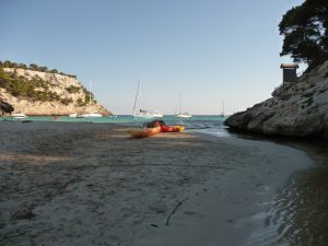 Kayaks en la orilla del río