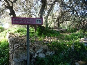 Cartel de reutilización de piedras del poblado