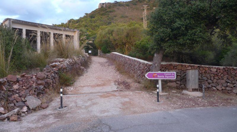 Entrada hacia el camino que lleva al castillo