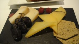 Quese de Maó con membrillo y uvas (Creative Commons)
