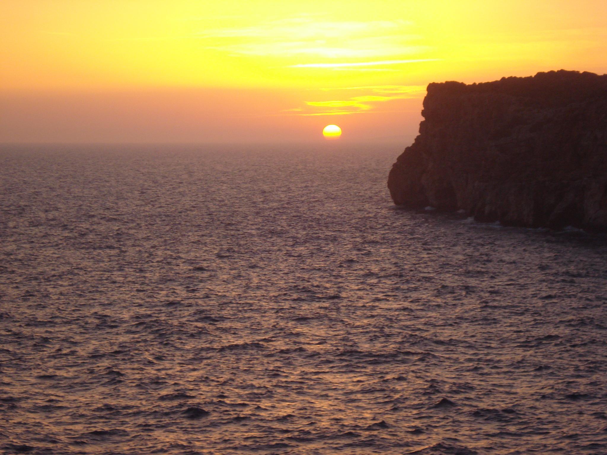 Las 5 mejores puestas de sol de menorca menorca diferente for Hora puerta del sol