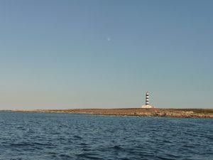 Luna sobre Faro de l'Illa de l'Aire - P1110573